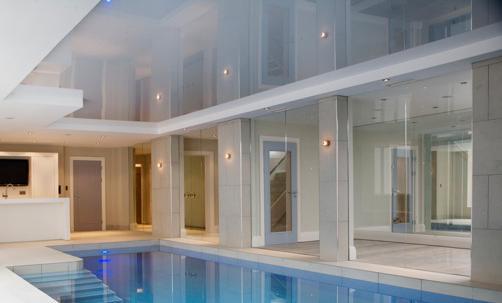 Натяжной потолок в комнате с бассейном
