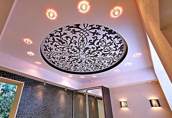Натяжной потолок с потолочными светильниками
