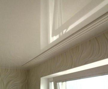 Потолочный карниз на белом лаковом натяжном потолке