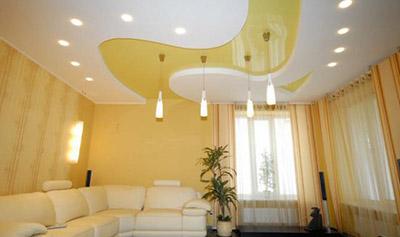 фото двухуровневых натяжных потолков в гостиной