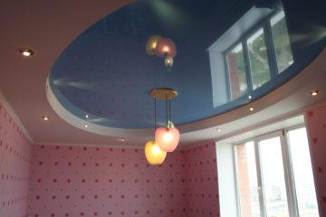 Голубой натяжной потолок