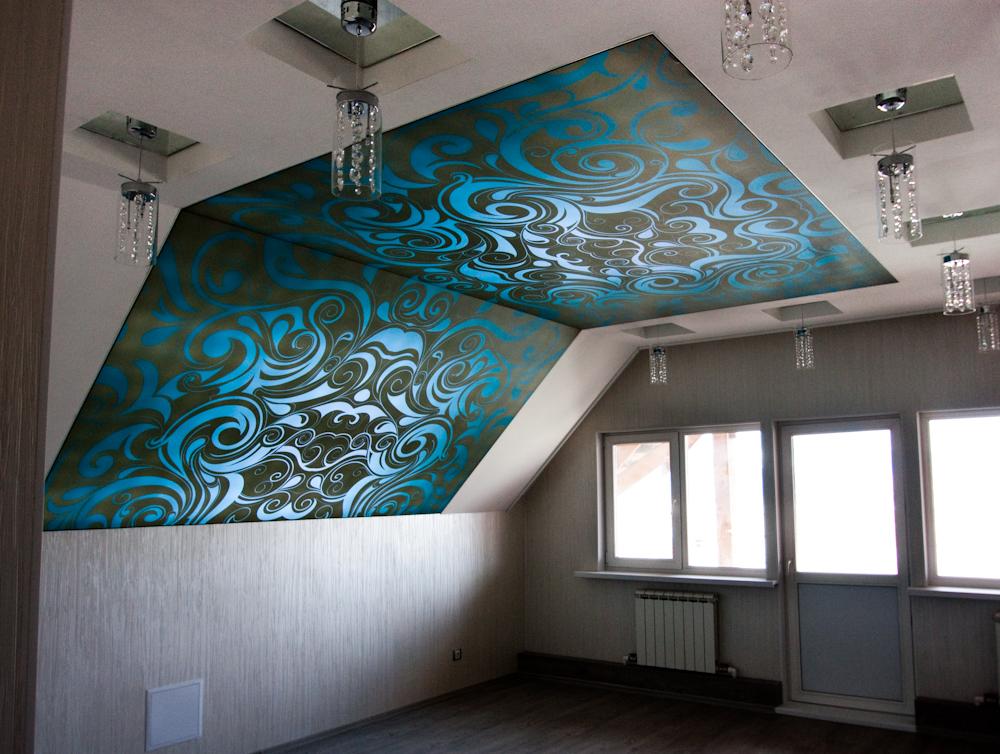 натяжные потолки на мансарде фото
