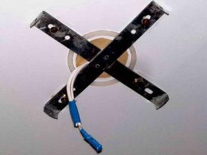 Крепление люстры на натяжной потолок
