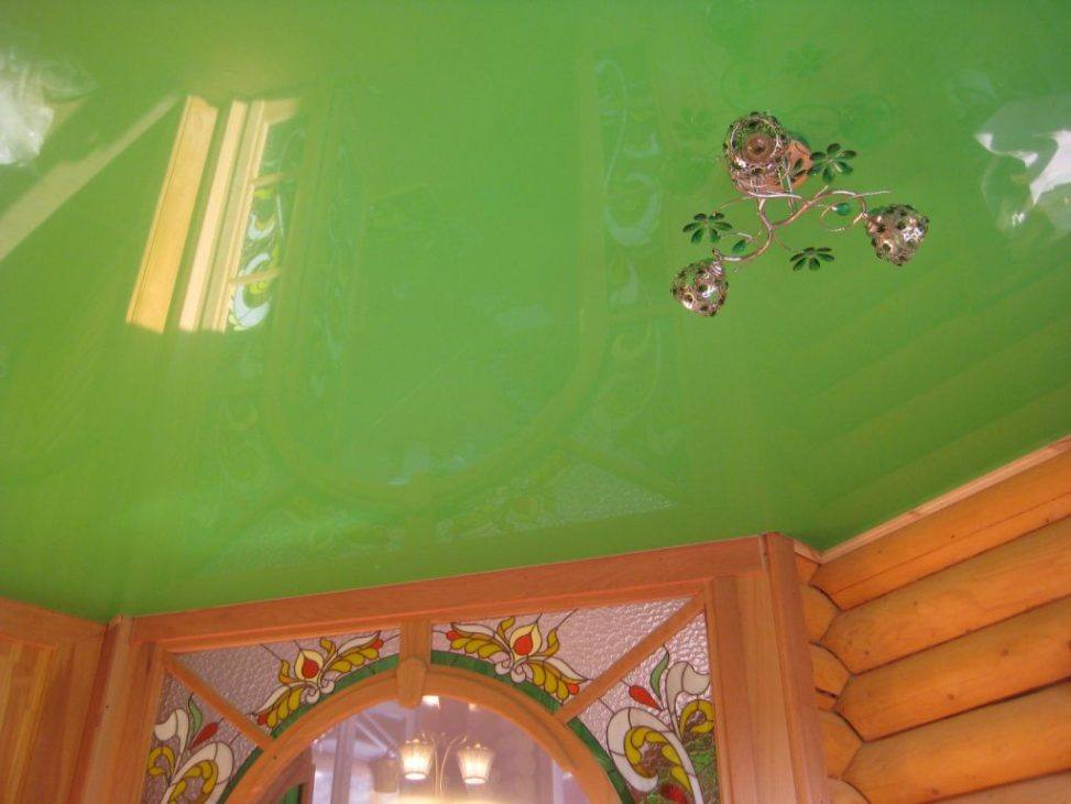 Натяжной потолок в деревянном доме в зелееном цвете