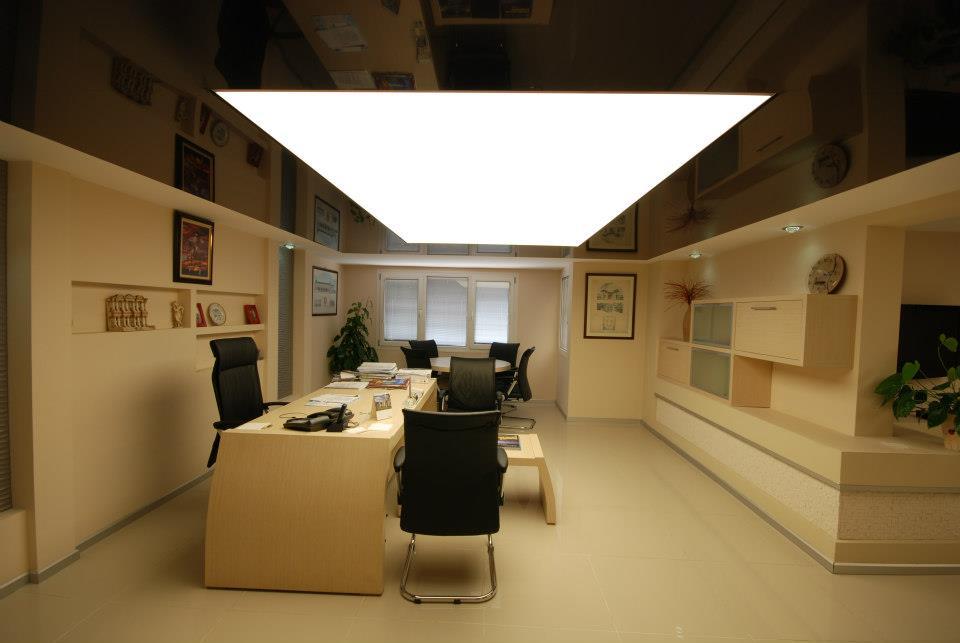 Коричневый натяжной потолок в кабинете