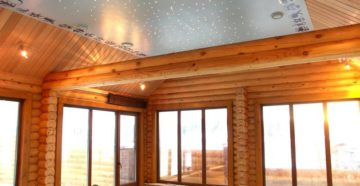 Натяжной потолок в деревянном доме