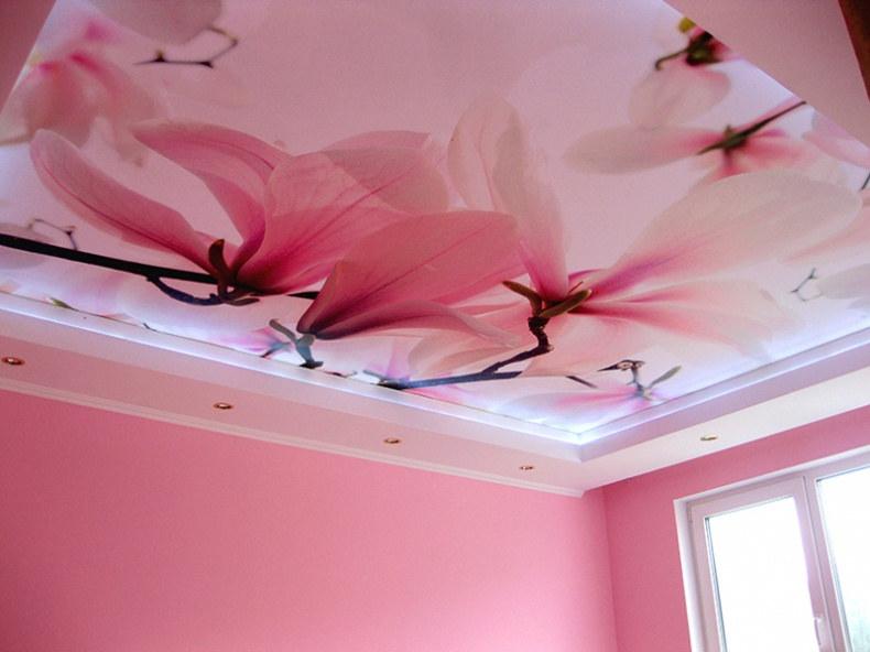 Розовый натяжной потолок в интерьере