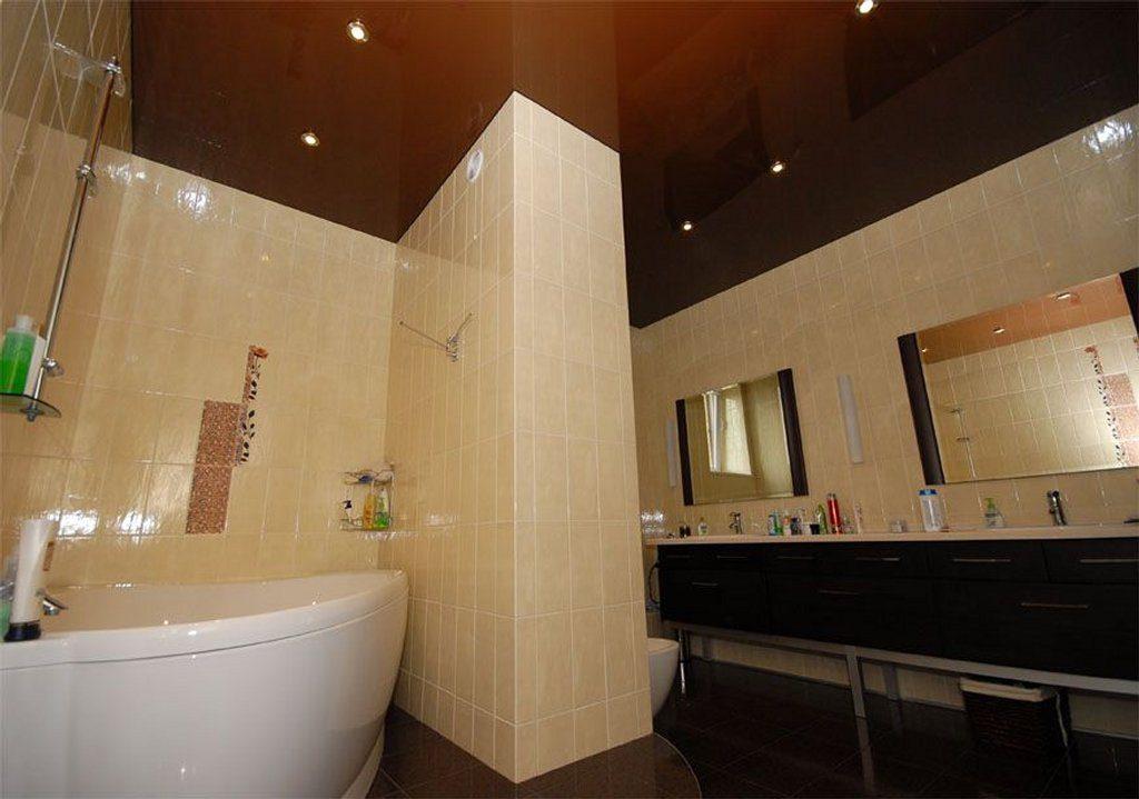 Коричневый натяжной потолок в ванной комнате