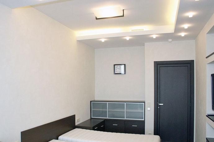 Двухуровневый потолок из гипрока в маленькой комнате