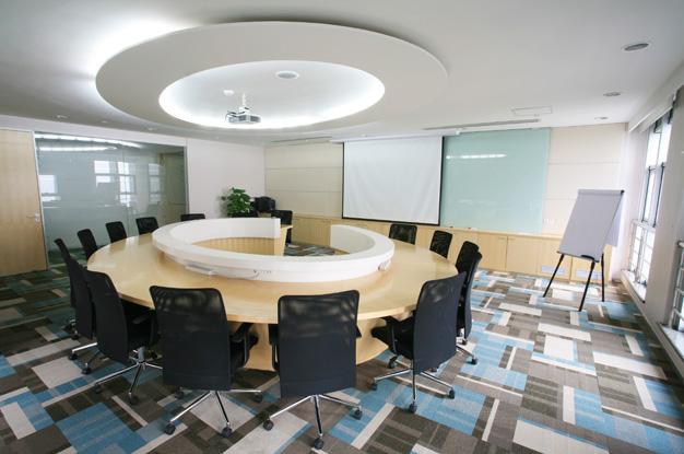 Потолок из гипсокартона в офисном помещении