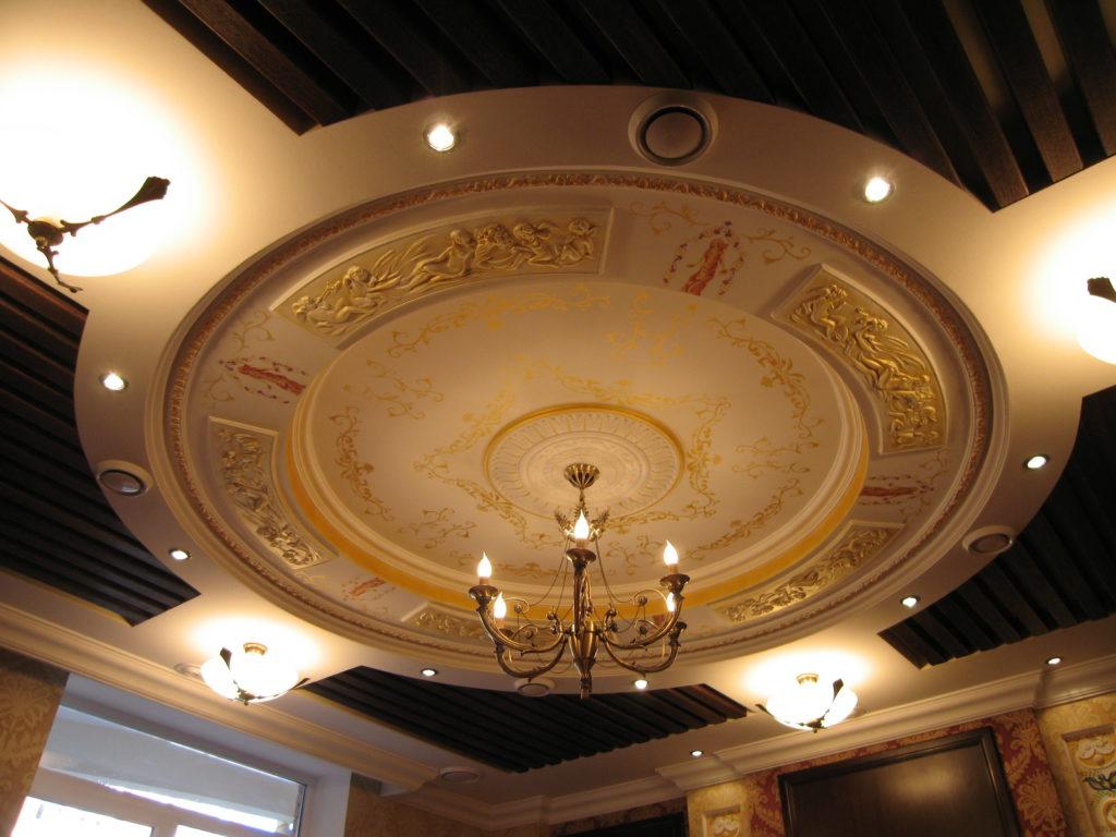Потолок из гипсокартона с лепниной