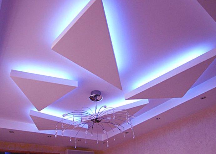Потолок с геометрическими фигурами