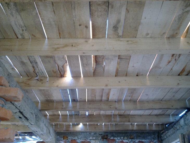 Черновой потолок по деревянным балкам