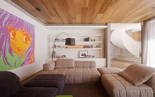такой потолок из недорогих пород дерева украсит любой частный дом