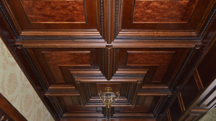 Кессонный потолок из массива дерева