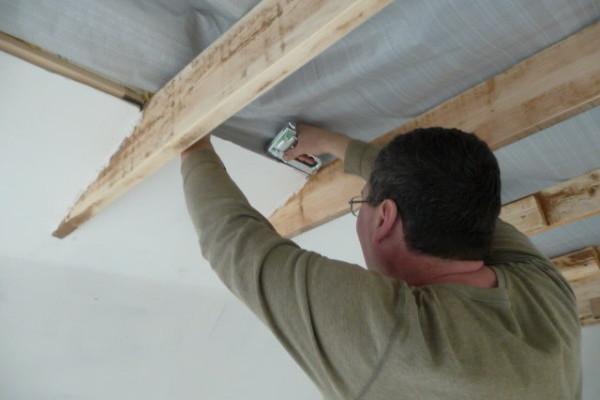 Крепление пароизоляции на потолок