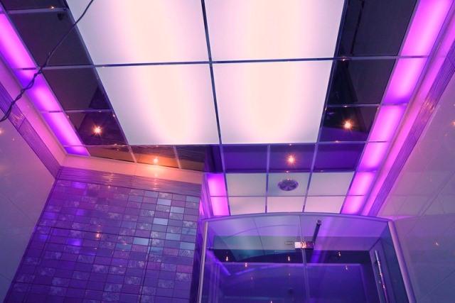 Акриловый потолок в ванной