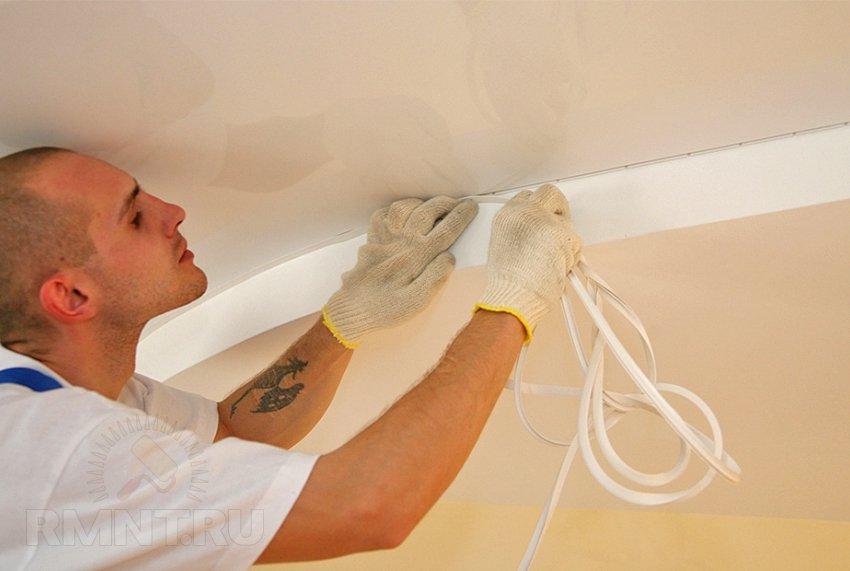 Установка плинтуса на натяжной потолок видео