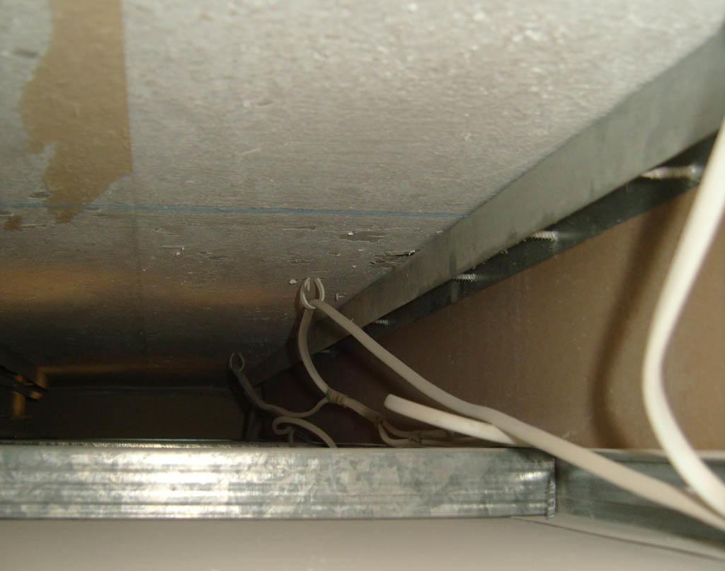 Конструкция подвесного потолка позволяет успешно справиться с задачей маскировки инженерных коммуникаций, а технология отделки скрывает неровности и шероховатости на его поверхности