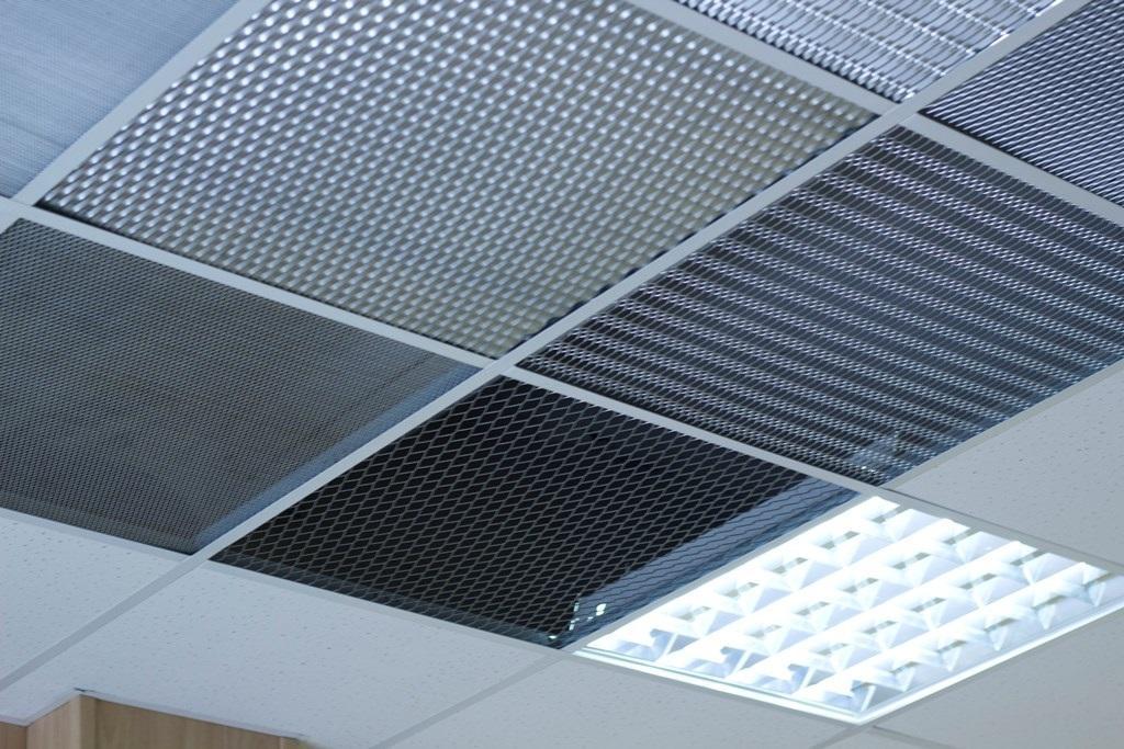 Для монтажа подвесного потолка подходят панели Армстронг, которые имеют массу преимуществ перед другими видами материалов