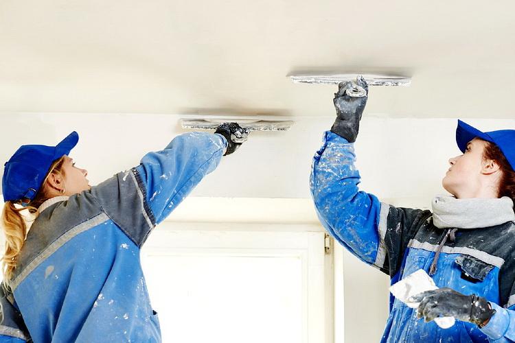 Если на потолке наблюдаются обвалы и большие трещины, его нужно поштукатурить