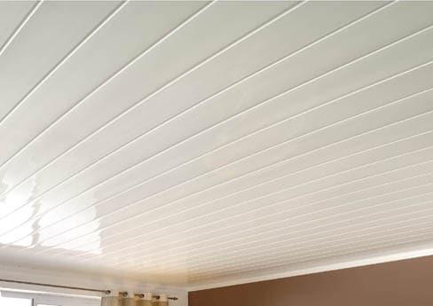 Любой стиль интерьера будет гармонировать с классическим вариантом реечного потолка