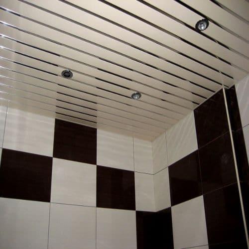 Чаще всего для реечных потолков используется точечное освещение