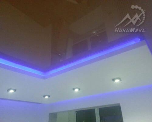Оранжевый зеркальный потолок с подсветкой