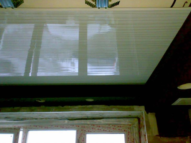 монтаж потолка из ПВХ панелей
