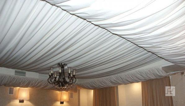 Декор потолка тканью