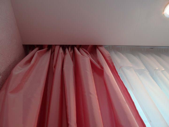 Эффект парящих штор - это один из дизайнерский приемов, который дает возможность создать потолочный карниз