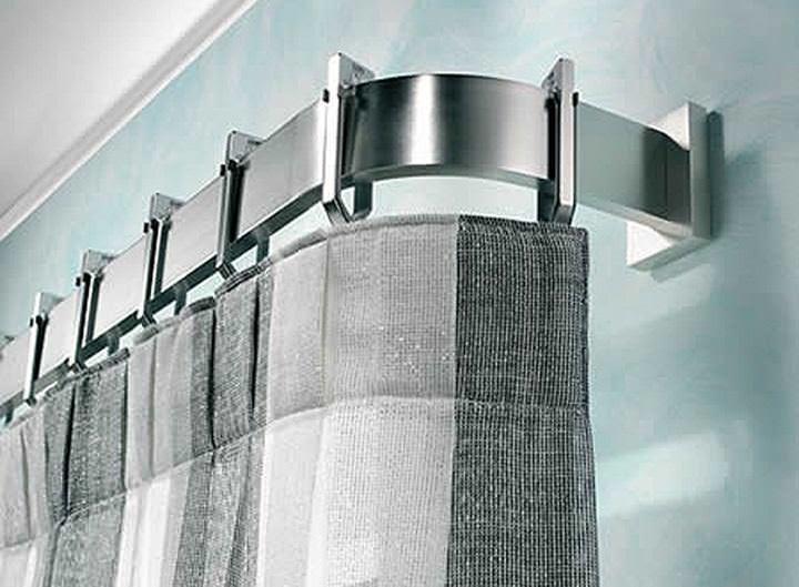 Для модернового оформления комнаты или интерьера в стиле хай-тек уместны будут стальные карнизы или полное их отсутствие
