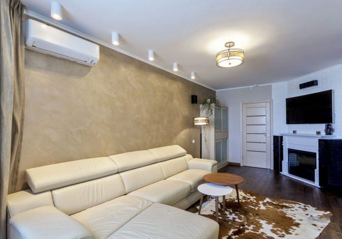 белый натяжной потолок в интерьере гостиной
