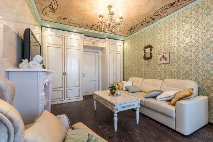 Натяжной потолок в интерьере гостиной в стиле классика