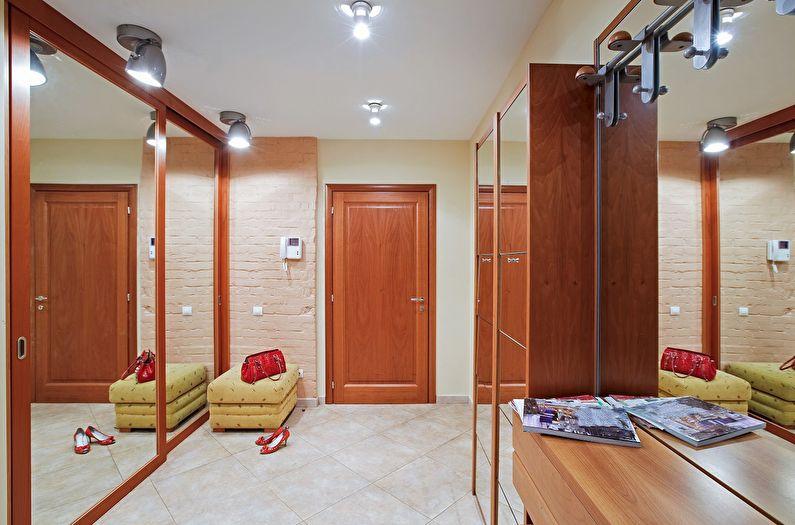 Одноуровневые потолки из гипсокартона в прихожей