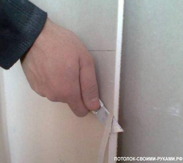 Фото срезания кромки у гипсокартона для монтажа потолка на кухне.
