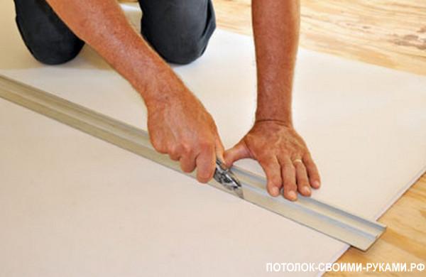 Фото правильной резки гипсокартона для потолка на кухне.