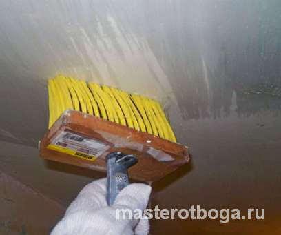 Как убрать побелку с потолка без пыли