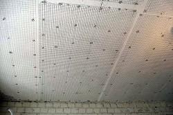 Выравнивание потолка металлической сеткой