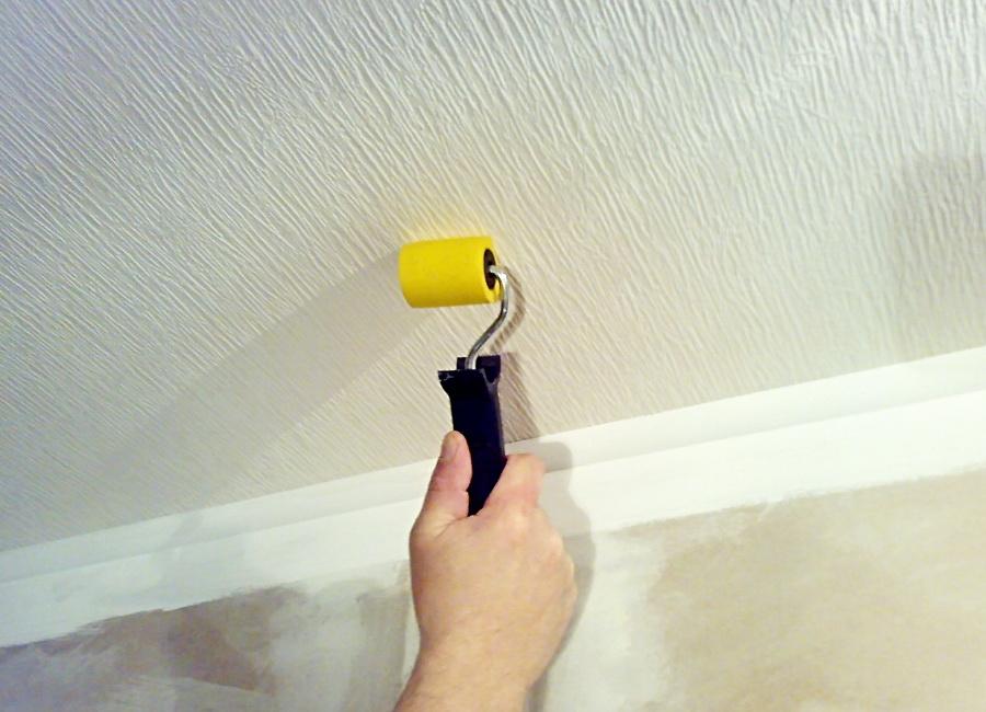 Флизелин способен устранить все мелкие неровности на потолке