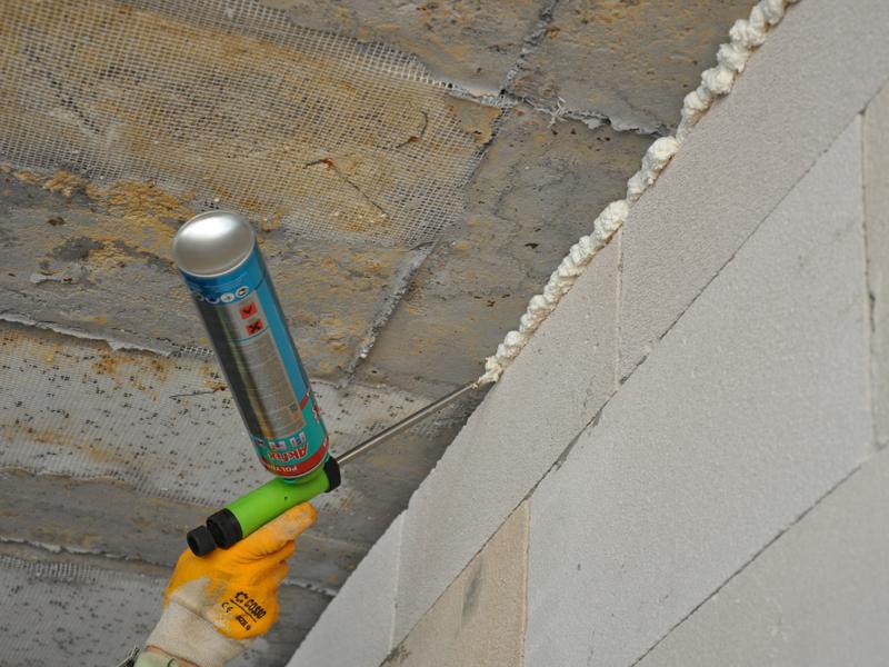 Самым лучшим вариантом заделать стык между стеной и потолком – строительная пена, так как после нанесения во время высыхания она начинает расширяться, тем самым заполняя все пустые места