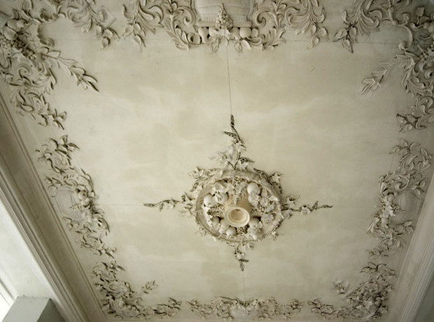 Лепка на потолке из гипса