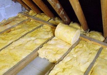 Минеральная вата укладывается между лагами на потолке