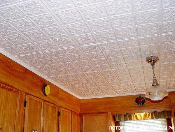 Фото подшивного потолка с помощью пенопластовых плит.
