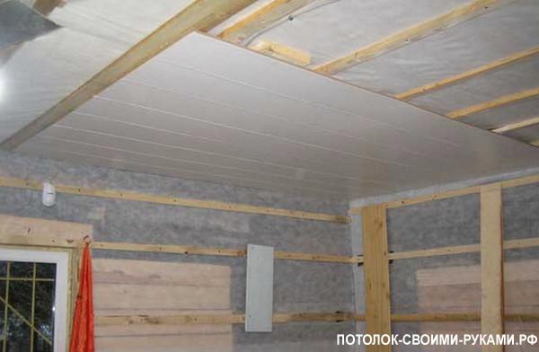 Фото подшивного потолка с помощью ПВХ панелей.