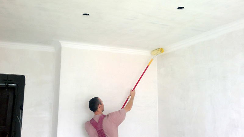 Покраска потолка, валиком