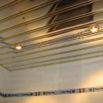 Фото: реечный потолок в ванной комнате