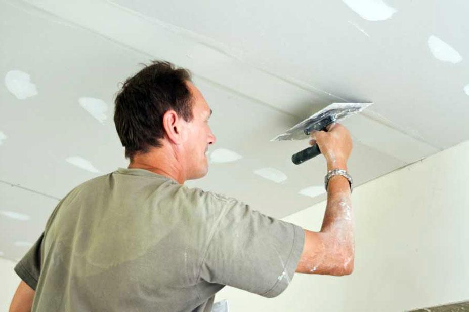 От подготовки потолка будет зависеть качество поклейки обоев
