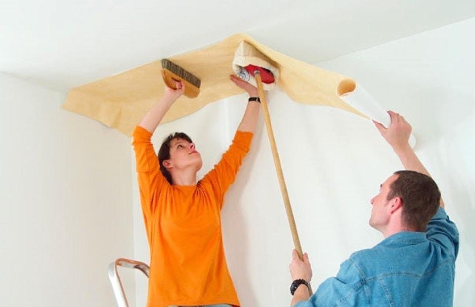 Хорошо, когда работу по оклейки потолка можно выполнить с напарником