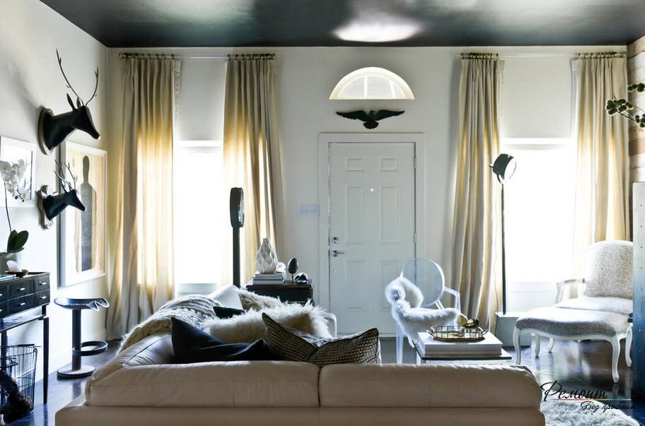 Интерьер гостиной с черным потолком выглядит изысканно